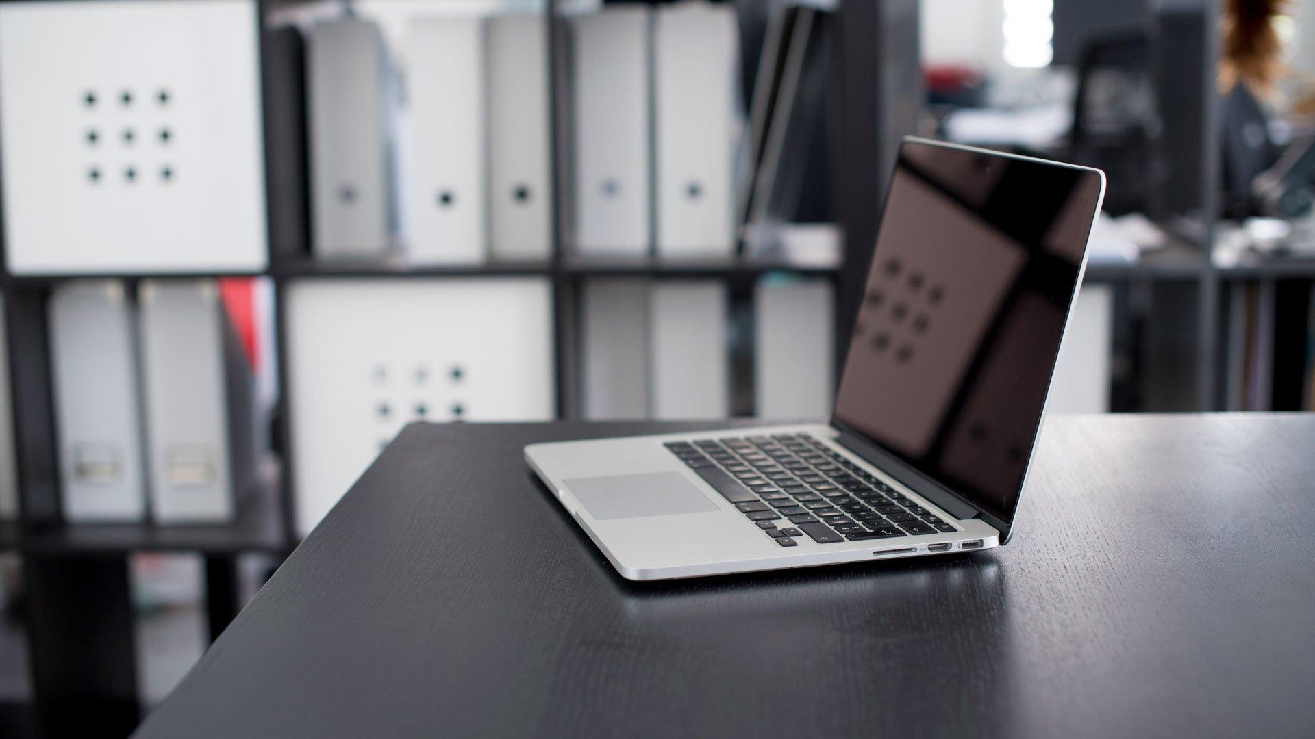 Laptop alb pe masa