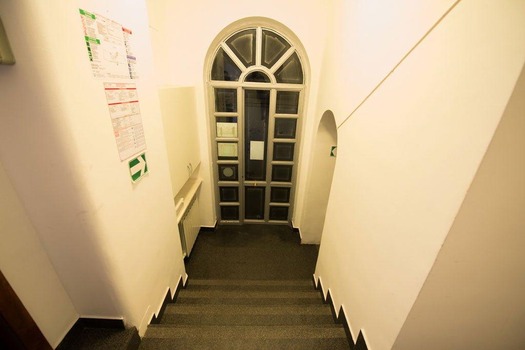 Intrare-sediu-Centrul-de-Limbi-Straine-A_BEST